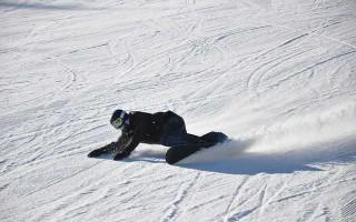 Короткие повороты на узкой трассе на сноуборде